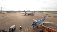 Ewige Rivalen: Flugzeuge von Airbus und Boeing kommen sich auch am Flughafen Düsseldorf in die Quere.