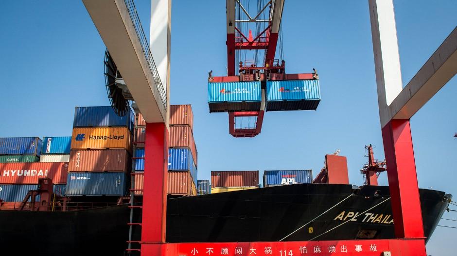 Container werden im Hafen in Schanghai verladen.