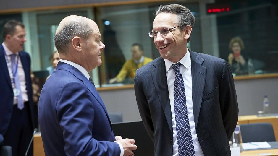 Dürfen sich über die grünen Bundesanleihen freuen: Bundesfinanzminister Olaf Scholz und sein Staatssekretär Jörg Kukies (rechts).