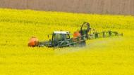 Ein Landwirt bringt auf seinen Feldern Pflanzenschutzmittel aus: Glyphosat bleibt in Deutschland umstritten.