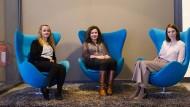 Bilden und entspannen: Ausbildungsleiterin Kerstin Winkelmann (rechts) mit zwei Studentinnen der Hotel-Akademie.