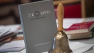 Die neue Luther Bibel: Als Grund für den Lieferengpass gibt der Verlag an, dass der immense Erfolg nicht absehbar war.