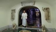 Der Papst in den vatikanischen Grotten im Petersdom