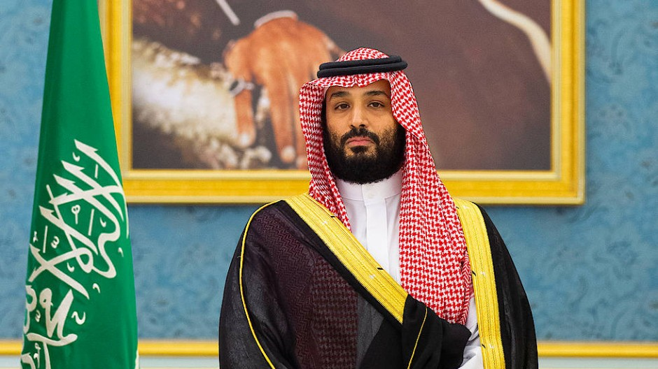 Kronprinz Muhammad Bin Salman posiert am 5. November 2019 vor einem Gemälde des Staatsgründers Abdalaziz Ibn Saud.