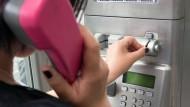 Von der Telefonzelle aus den Chef anrufen und dann mit Mord drohen - das ist ein Grund für eine fristlose Kündigung.