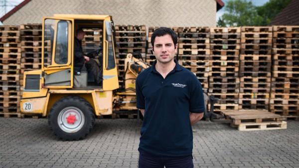"""José an seinem Arbeitsplatz; """"Fiesta, Siesta, Füße hoch - das erlebe ich mit Heinz Müller, aber mit ihm nicht"""", sagt sein neuer Chef"""