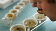 Ein Kaffee-Tester testet die fertigen Nespresso-Produkte in Avenches nahe Bern.