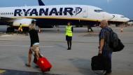 Piloten-Knappheit, Flugausfälle: Jetzt will Ryanair Piloten womöglich darum bitten, ihren Urlaub zu verschieben.