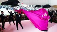 Die amtierende Königin der Verwandlung, Lady Gaga, beim Einzug mit Gefolge auf den rosa Teppich der MET Gala in New York