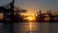 Die Sonne geht auf über dem Hamburger Hafen.