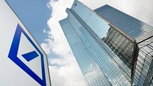 Deutsche Bank halbiert Gewinn