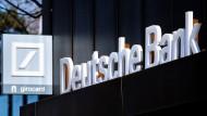 Das Logo der Deutschen Bank hängt über dem Eingang an einer Filiale im Stadtzentrum.