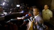 Der leitende Strafverfolger Javier Caraballo erklärt vor der Presse, wie die Razzia lief.