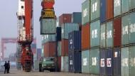 Die zwölf beteiligten Länder von TPP wollten Zölle auf mehr als 18.000 Güter streichen. Profitiert nun der chinesische Handel? Kräne beladen am Lastwagen im Containerhafen von Tianjin in China.