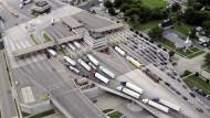 Viele Lastwagen passieren jeden Tag die Grenze zwischen Kanada und den Vereinigten Staaten.