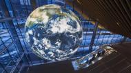 Weltkugel in Vancouver: Wer beeinflusst die politischen Entscheidungen?