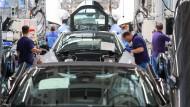 Mitarbeiter im BMW-Werk Leipzig arbeiten in der Montage des i8