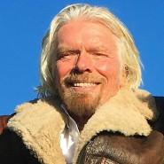 Freut sich: Der Unternehmer Richard Branson mit seinen beiden Piloten nach dem erfolgreichen Flug.