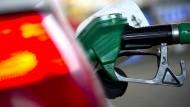 Diesel ist günstiger als Benzin und dient auch eher dem Klimaschutz, erklärt nun die Auto-Lobby.