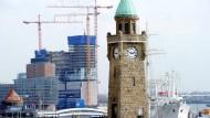 Misstöne in Hamburg: die Baustelle der Elbphilharmonie nahe dem dem Pegelturm der Landungsbrücken