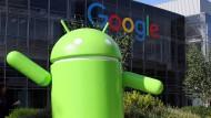 Auf dem Google-Campus im kalifornischen Mountain View steht eine große Android-Figur.