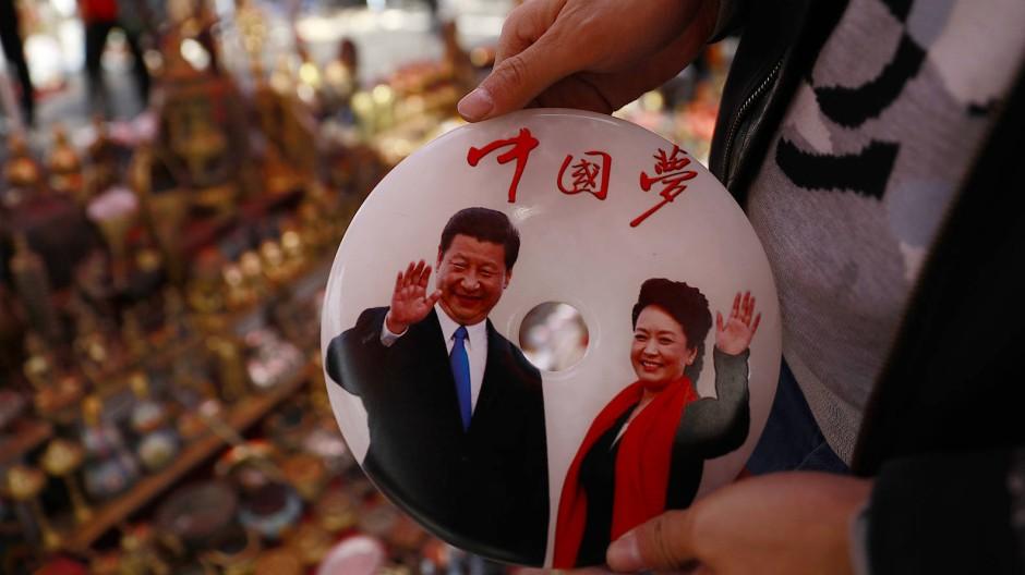 Der chinesische Präsident Xi Jinping und seine Ehefrau Peng Liyuan auf einer Ehrentafel.