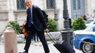 Mit Sack und Pack: Carlo Cottarelli kommt am Montagmorgen am Präsidentenpalast in Rom an.