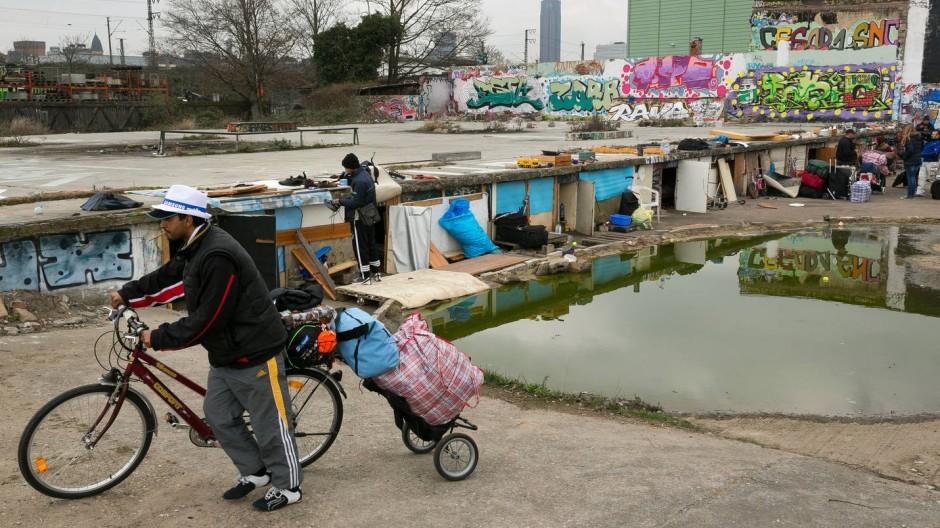 Mitten in Frankfurt: In diesen Verschlägen haben mehrere Monate lang Rumänen unter erbärmlichen Umständen gelebt. Inzwischen haben sie die Industriebrache geräumt.