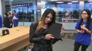Auch in Asien freuten sich die ersten Kunden schon über das 4-G-Tablet von Apple. Zahlreiche Menschen warteten stundenlang vor den Geschäften.