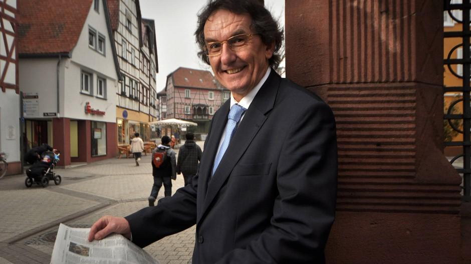 Der Betriebswirtschaftsprofessor Hermann Weinmann aus Bennsheim begleitet die Versicherungsbranche wohlwollend, aber kritisch.