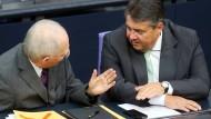Nun keine Kollegen mehr: Wolfgang Schäuble und Sigmar Gabriel werden nicht mehr gemeinsam auf der Regierungsbank im Bundestag sitzen.