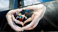 Die EZB-Großbaustelle: Am Zaun hat ein von der Zentralbank bestellter Künstler einen Pinocchio gesprüht.