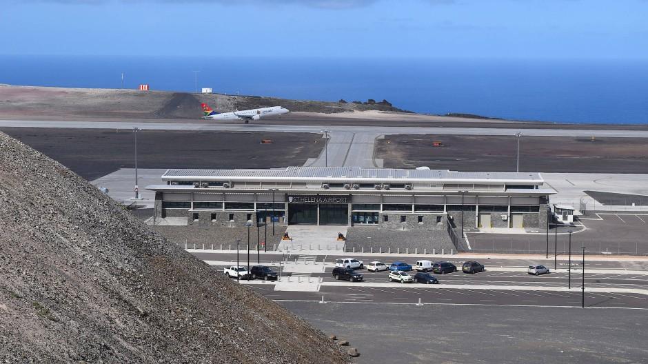 Ein Airport im Inselparadies: Ein Flugzeug der südafrikanischen Fluggesellschaft Airlink startet von St. Helena.