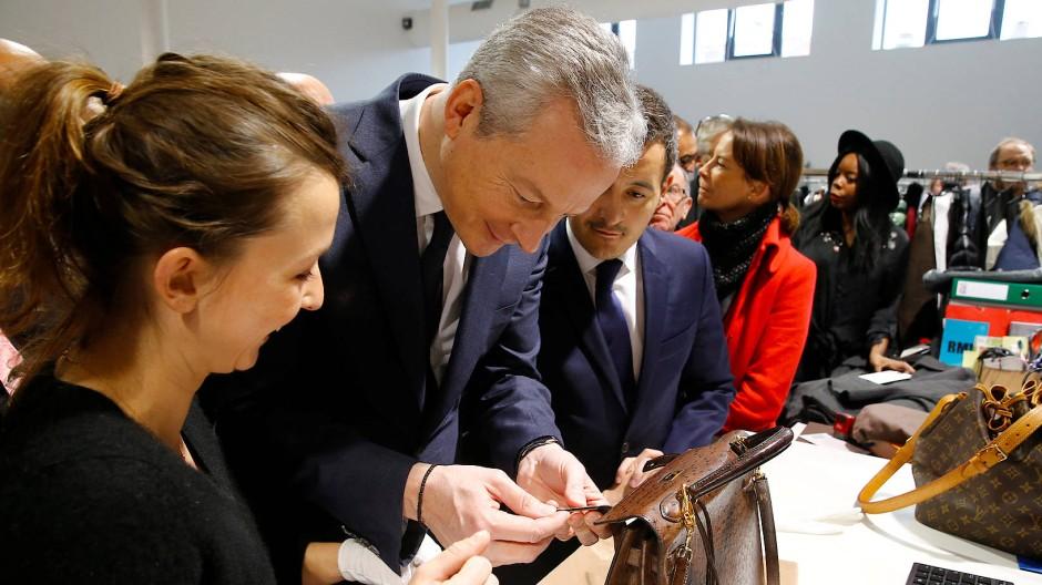 Wirklich echt? Auch Frankreichs Finanzminister Bruno Le Maire besuchte schon ein Logistikzentrum von Vestiaire Collective.