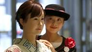 """Nahe am Menschen: Der Roboter """"Aiko Chihira"""" von Toshiba arbeitet im Empfangsbereich."""