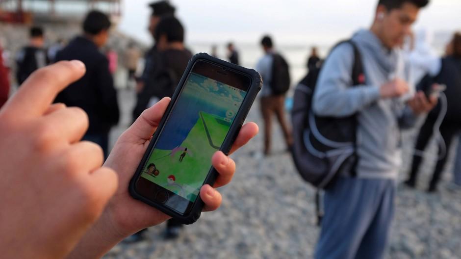 """In Zeiten des """"Pokémon Go""""-Hypes kam es immer wieder vor, dass sich wildfremde Menschen an Orten trafen – weil es dort Pokémon zu fangen gab."""