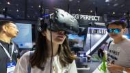 """Eine Chinesin trägt auf der """"Internet der Dinge""""-Ausstellung in Wuxi, China, eine Virtual-Reality-Brille."""