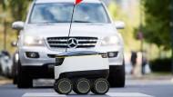 Brav nimmt er den Zebrastreifen: Lieferroboter von Media Markt