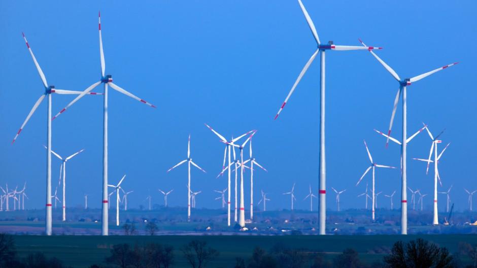 Windräder an Land stehen hier in Mecklenburg-Vorpommern.