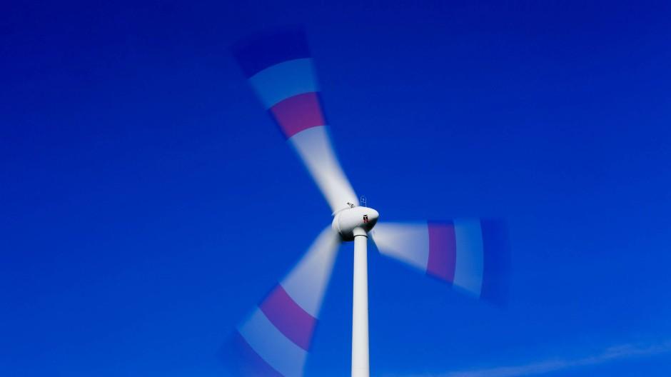 Ein Windrad dreht sich in der Nähe von Schönberg (Mecklenburg-Vorpommern).