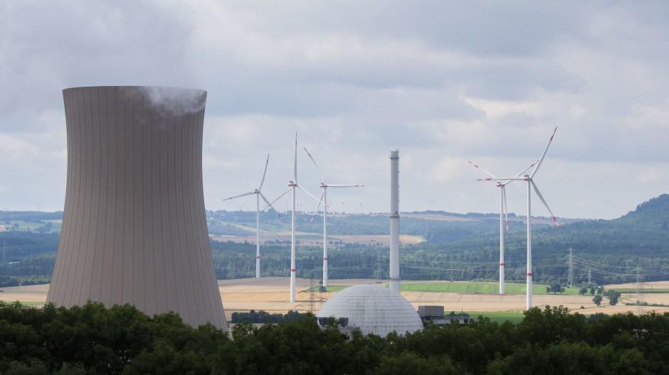 Was ist Problem und was ist Lösung? Europa kämpft mit hohen Energiepreisen. Hier der Blick auf Windräder und das Atomkraftwerk Grohnde