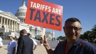 Ein Demonstrant gegen die Zollpolitik Trumps vor dem Kapitol in Washington (Aufnahme aus dem Juli 2018).