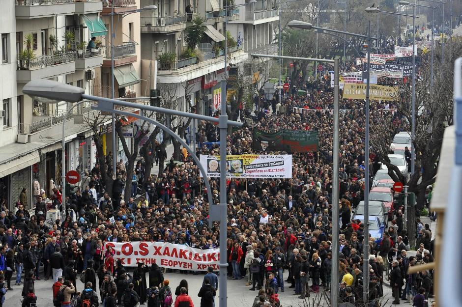 Seit Jahren gibt es größere Proteste gegen das Unternehmen Eldorado Gold: Das Foto zeigt Demonstranten in Thessaloniki vor vier Jahren.