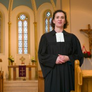 Pfarrerin Anke Spory darf noch länger in ihrer Gemeinde in Bad Homburg bleiben - dank der Großzügigkeit der Gemeindemitglieder.