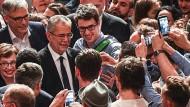 Selfies mit dem Sieger: Der neue österreichische Präsident Alexander Van der Bellen feiert mit seinen Unterstützern.