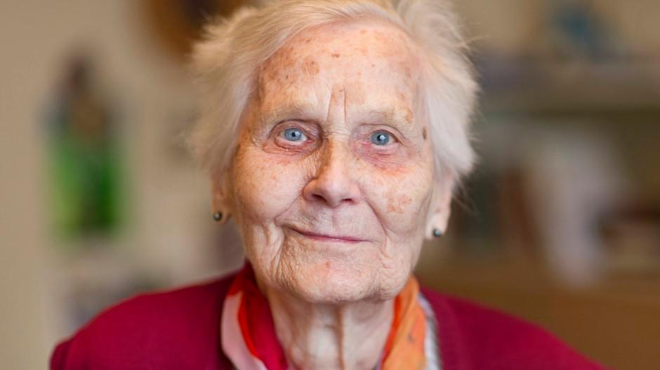 Die 100 Jahre alte Christiane Wegener in ihrer Wohnung in Baden-Württemberg