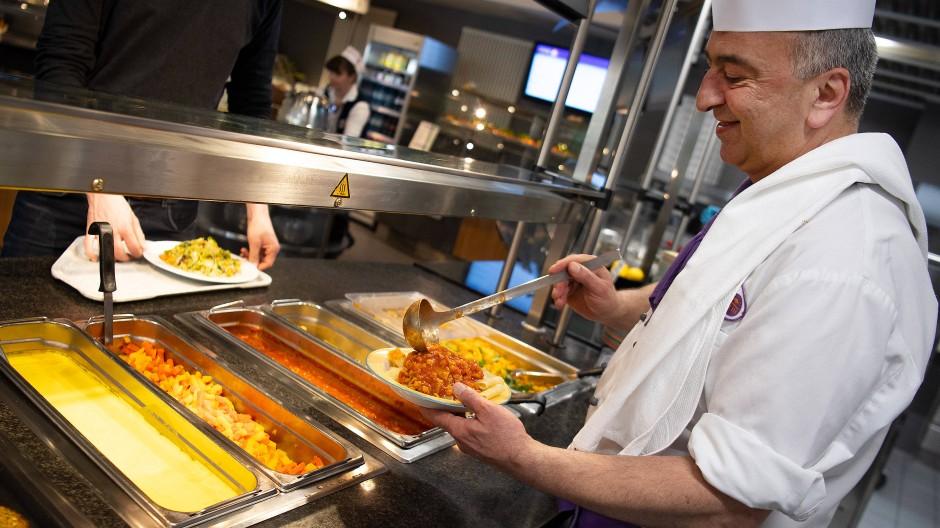 Ein Koch serviert in der veganen Mensa auf dem Campus der Technischen Universität Berlin ein veganes Gericht (Bild aus April 2019).