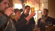 Internationale Teilnehmer lernen in Berlin die deutsche Braukunst