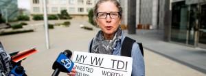 Wird entschädigt: Eine unzufriedene VW-Kundin vor dem Gericht in San Francisco