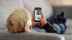 Nutzer verbringen im Schnitt 3,7 Stunden am Smartphone